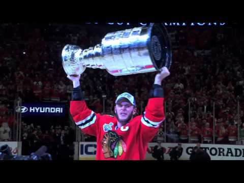 Jonathan Toews rise the Stanley Cup, passes to Kimo Timonen, Chicago Blackhawks 2015