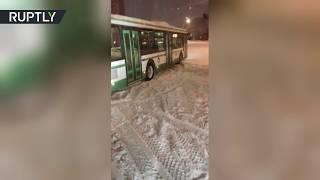 Поваленные деревья и буксующие автобусы: видеокадры последствий мощного снегопада в Москве