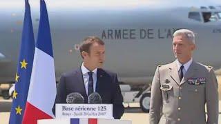 الرئيس الفرنسي يزور قاعدة جوية لتوطيد علاقته مع العسكريين