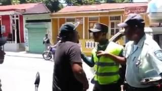 Agente de AMET y ciudadano se enfrentan en plena via