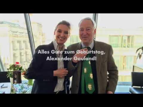 Alice Weidel beschenkt Alexander Gauland AfD