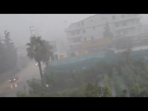 عصف مطري رهيب وعواصف رعدية تضرب اسطنبول الان