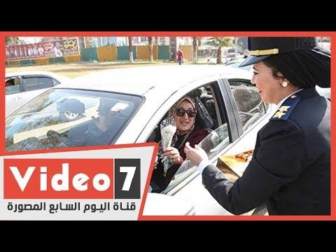 الشرطة النسائية توزع الورود والشيكولاتة على المواطنين بطلعت حرب فى عيدها  - 18:59-2020 / 1 / 25