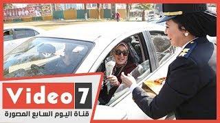 الشرطة النسائية توزع الورود والشيكولاتة على المواطنين بطلعت حرب فى عيدها