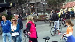 Bicicleta-girafă era mânuită de o fatucă isteață