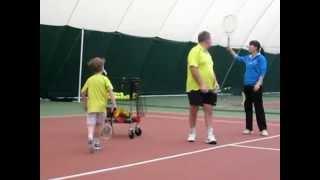 Тренировка подачи в большом теннисе