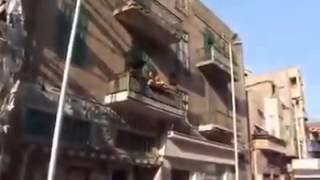 مشهد غريب في #مصر أوبرا في بلكونه وسط سوق ؟؟؟