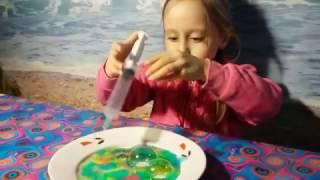 Рисуем лизуном из шприца Разноцветные лизуны Делаем пузыри иголкой Видео для детей(Разноцветные лизуны с букашками, смешиваем лизуны, выдавливаем из шприца и надуваем пузыри с помощью иголки., 2017-01-23T08:48:13.000Z)