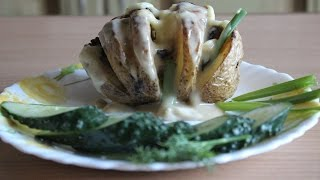 Запеченный картофель с салом и луком под сливочным соусом.