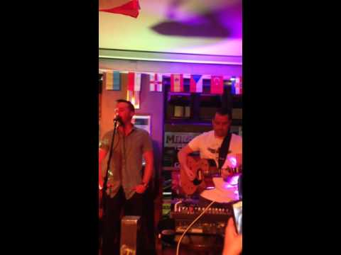 Dublin musician Ian Byrne 🇮🇪 joined on stage by  NATHAN CARTER in fitzsimons temple bar 29/6/16