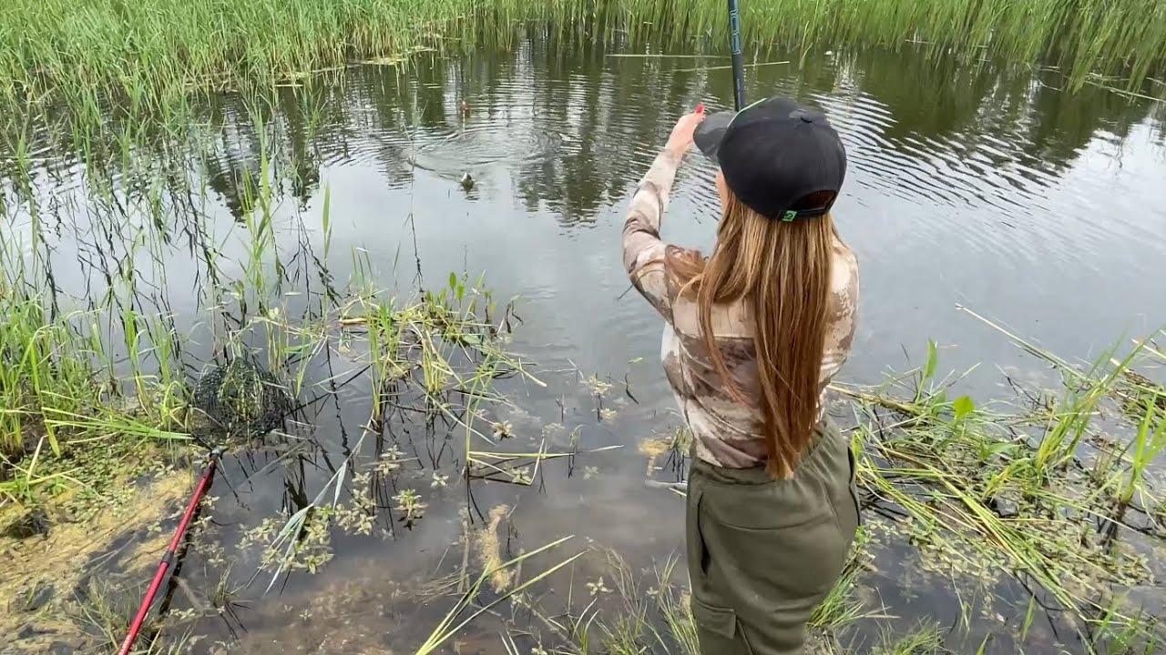 Рыбачим с подружкой на поплавок! Наловили ведро карасиков! Светлана Арефния - психолог - рыбачка!