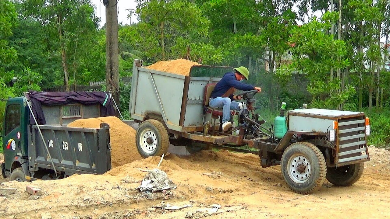 Xe chế chở vật liệu xây dựng lùi vào thùng xe ô tô tải ben cực kì mạo hiểm | Tientube TV