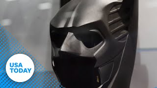 Repeat youtube video Ben Affleck's 'Batman' costume unveiled at Comic Con