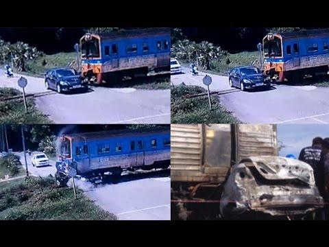 วินาทีรถไฟชนรถเก๋ง ดับสยอง 2 ศพ จ.เพชรบุรี - Springnews