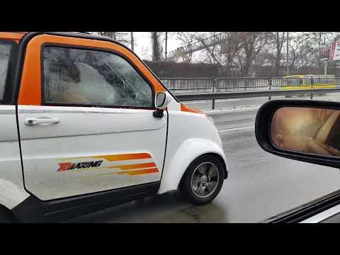 Скутер с крышей по зимнему Киеву