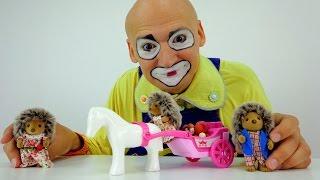 Видео для детей: Клоун Андрей -  ёжики собирают грибы(Веселый клоун Андрей и ежики не понимают, что сегодня случилось! У мамы Ежихи очень очень плохое настроение...., 2015-07-15T06:38:47.000Z)
