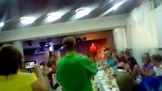 Папа жениха спел песню молодым на свадьбе