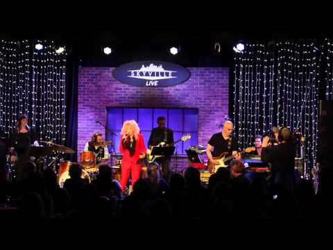 Cyndi Lauper  Patsy Clines Walkin After Midnight  Nashville, TN  One Country