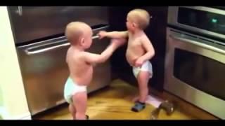 Два малыша разговаривают на своем языке.