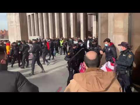 Los hosteleros intentan cortar el acceso a la Delegación de la Junta