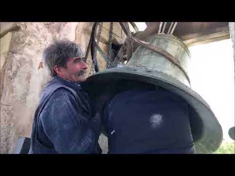 Arranjando o martelo do sino na igreja de Travassô