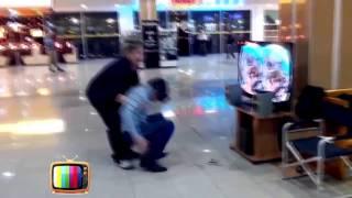 Мужчина испугался виртуальной реальности Oculus Rift