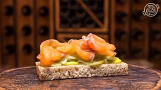 """Тапас со слабосоленым лососем, маринованными огурцами и соусом из свеклы в кафе """"Па-Паэлья"""""""