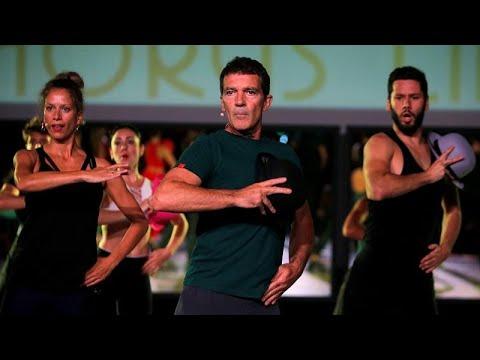 شاهد: النجم الإسباني أنطونيو بانديراس يرقص خلال التدرّب على عرضه المسرحي الجديد…  - 10:53-2019 / 9 / 20