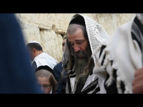 Jewish worshippers at Jerusalem Western Wall for Passover