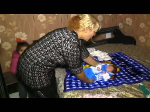 How to Feed a Baby - 2018   Bathe the newborn baby.   Mom & baby tutorial videos: 88