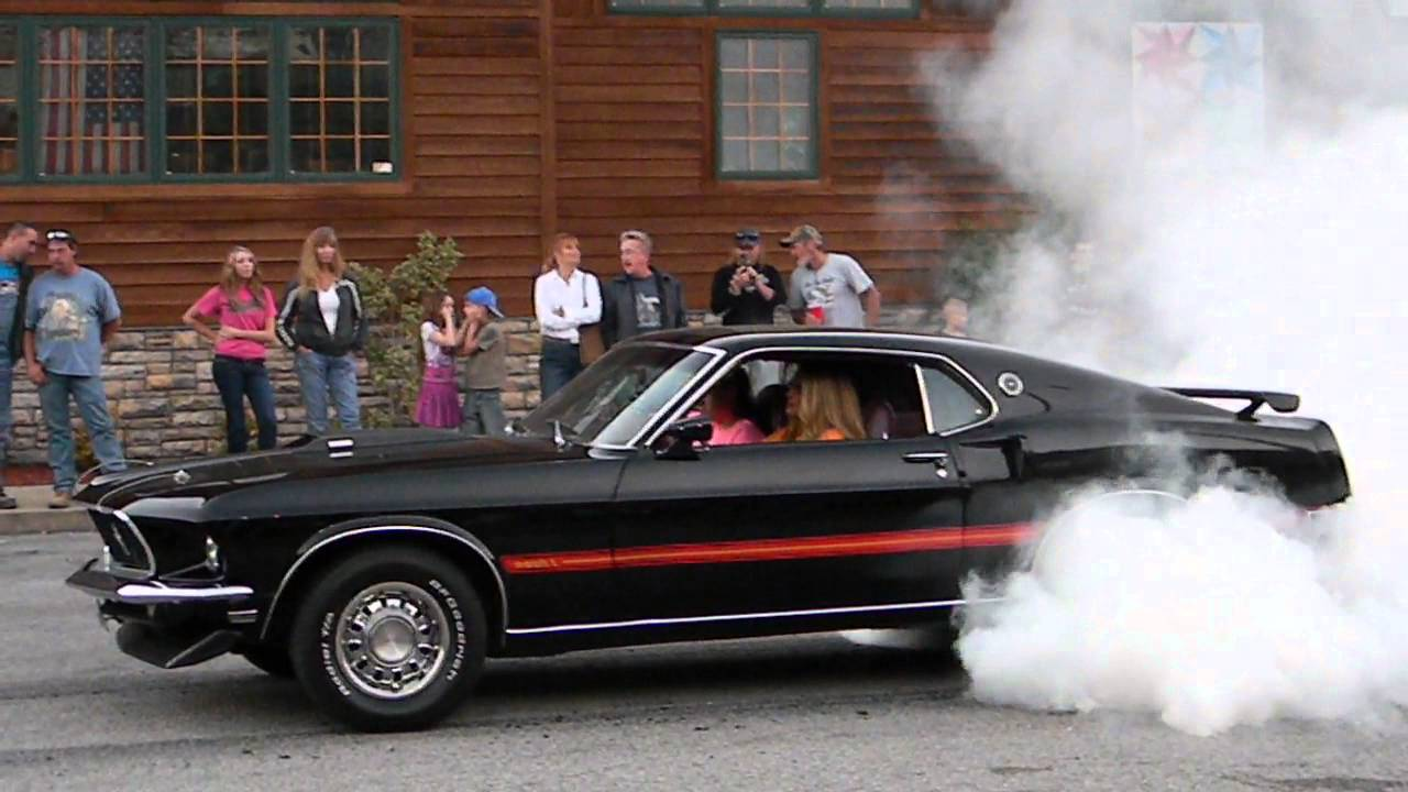 Classic mustang doing a burnout at jenkins cruise in burnouts