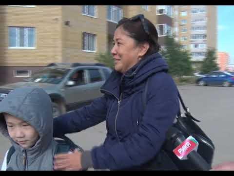 Ученикам приходится протискиваться сквозь решетки забора, чтобы пройти в школу