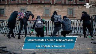 Feministas se manifiestan contra candidatura de Félix Salgado Macedonio; durante la movilización chocan con policías y realizan pintas en la estación del Metro Pino Suárez