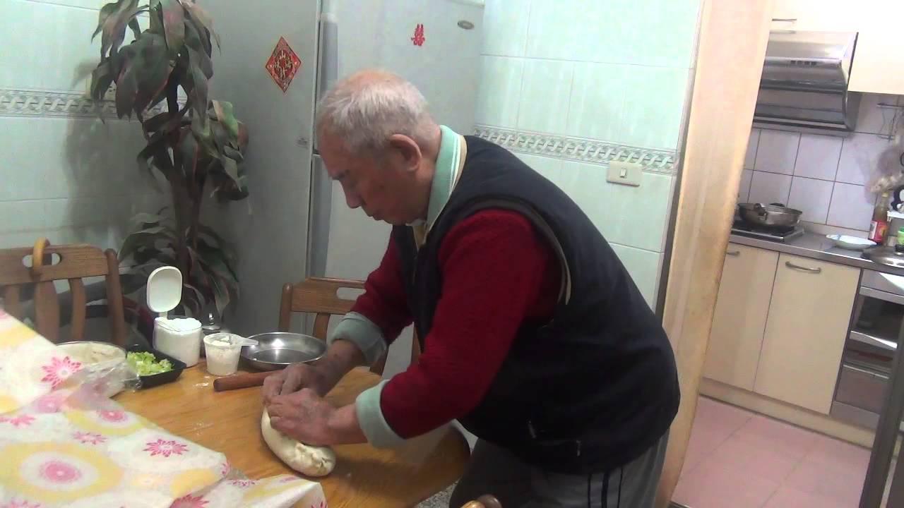 1031220燙麵蔥油餅製作 - YouTube