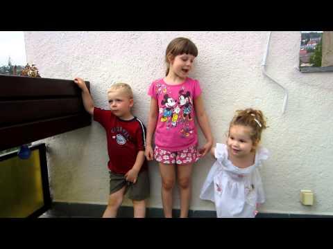 """2012.09.05. Gyerekek éneklik a """"Boldog születésnapot"""""""