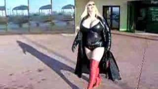 Repeat youtube video Slana Bubitska, une après midi de shopping vêtue de vinyl