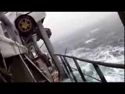 При перевозке машин из Японии во Владивосток кораболь попадает в шторм