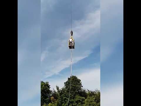 El dramático momento en el que se rompe la cuerda durante un salto de bungee jumping