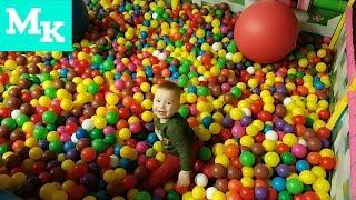 Малыш веселится в Детском Развлекательном центре с Шариками и батутами