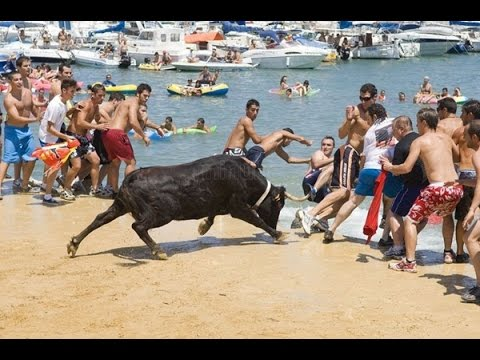 Đấu bò tót ở ĐỘC NHẤT và LẠ ở bãi biển Tây Ban Nha
