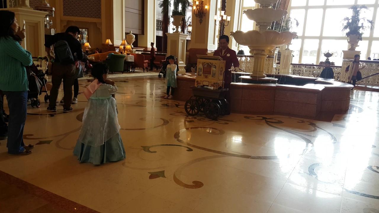 Tokyo Disneyland Hotel - Lobby - Music Box Performance