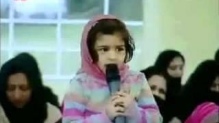 Kleines süßes muslim Mädchen singt ein schönes Gedicht - Islam Ahmadiyya