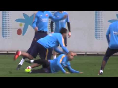 Mascherano ugly action on Luis Suarez during FC Barcelona training