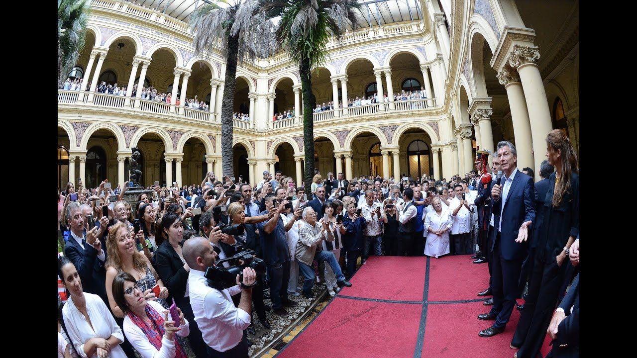 Resultado de imagen de Macri brindó con el personal de la Casa Rosada