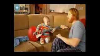 ههههههههه طفل بيلعب بالجتار كاريوكى