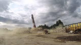 Wyburzanie komina po byłej fabryce w Trzebiatowie
