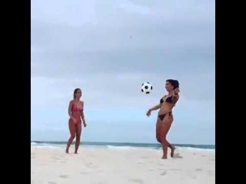 Dos Mujeres Haciendo Lo Que Mas Le gusta FUTBOL