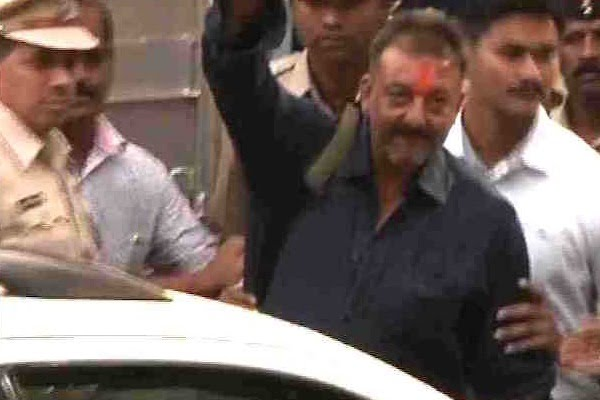 There is no easy walk to freedom, my friends: Sanjay Dutt at Pune Airport
