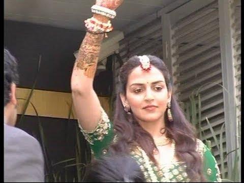 Esha Mehndi Ceremony : Esha deol waves her fans at mehendi ceremony youtube
