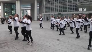 """Immagini: Milano, il flash mob """"Chi abbandona la scuola abbandona la festa"""""""